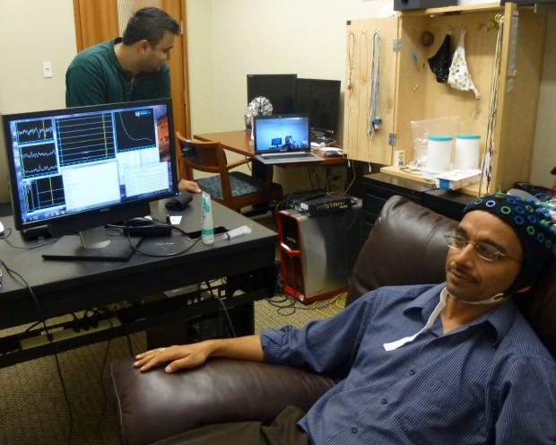 Profesor Rao u trenutku slanja mentalne poruke.