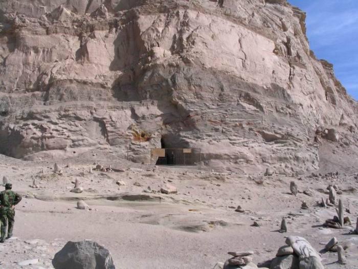 Špilja unutar planine Baigong u kojoj se nalaze neobične hrđave strukture.