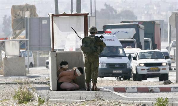 Izraelski vojnik koristi dva Palestinca kao živi zid na kontrolnoj točci najvećeg konc logora na svijetu - Zapadne Obale.