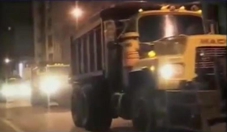 Noć nakon uništavanja WTC-a, kamioni odnose željeznu konstrukciju WTC-a u luku New Yorka kako bi se ona otpremila u Kinu.