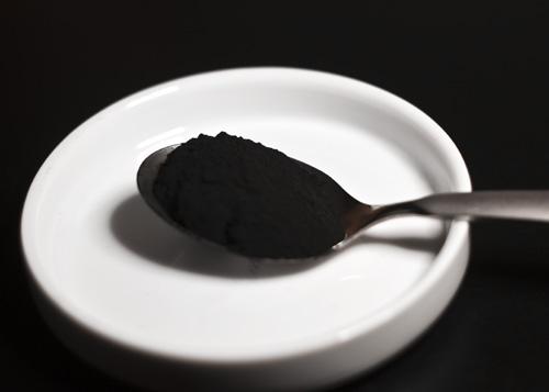 Aktivni ugljen je moćno sredstvo za čišćenje organizma, jer za sebe veže toksine koji se putem crijeva izbacuju iz organizma.