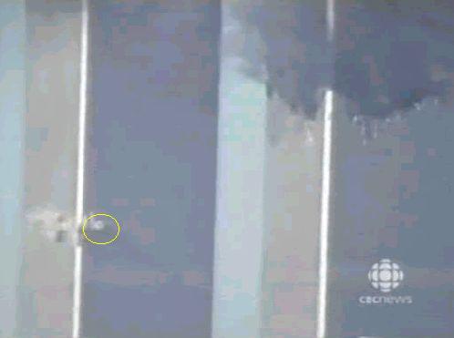 Eksplozije na južnom tornju prije kolapsa ove zgrade je snimila TV kuća CBC.