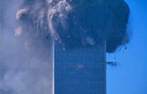 Jedan od fotografija u kojoj se vidi niz eksplozija desetak katova ispod točke rušenja WTC-a