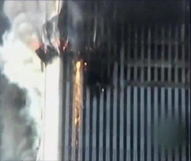 Istačjeno željezo curi iz WTC-a sjevernog tornja, nakon eksplozija uzrokovanih Thermitom.