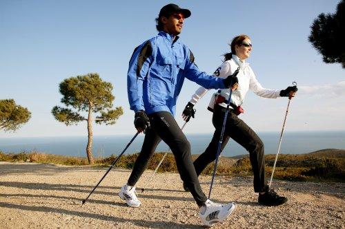 Nordijsko hodanje od šetanja čini vježbu, pri čemu se koriste štapovi i dodatno se jačaju mišići torza. Kreće se cikličkim pokretima. Desni štap mora dodirivati tlo istovremeno kad i peta lijeve noge, a lijevi štap kada tlo dodiruje peta desne noge. Štapovi se drže blizu uz tijelo, a postavljaju se ukoso.