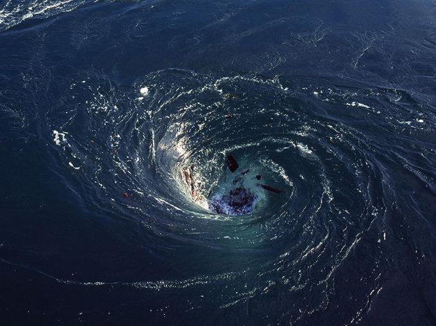 Relativno mali morski virovi imaju tipično središte koje se jako dobro vidi, no najveći morski virovi - crne rupe naoko izgledaju mirni i neprimjetni u samom centru iako gutaju po milijune kubika morske vode u sekundi. Fotografija vlasništvo: Rex Features.