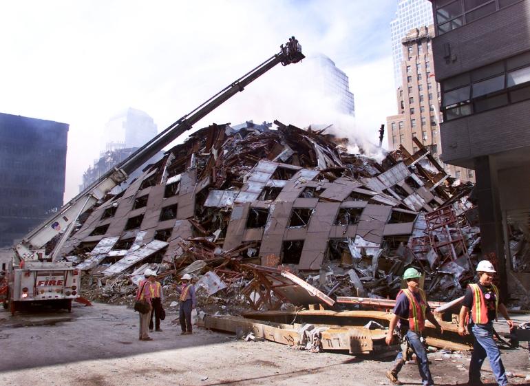 WTC 7 se raskrčava dan nakon rušenja bez ikakve forenzičke istrage.