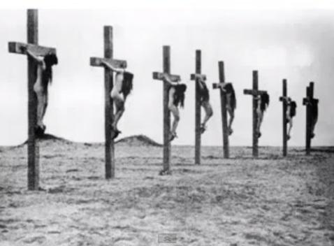 Najpoznatija fotografija armenskog holokausta, smatra se kako su turski vojnici silovali, mučili i na koncu razapeli na križeve nekoliko tisuća armenskih žena.