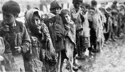 Aemenska djeca u marševima smrti. Osim sustavnog ubijanja, mučenja i sakaćenja, turski vojnici, agenti i civili su organizirali marševe smrti, vodeći izgladnjele ljude po sirijskoj pustinji kako bi umrli od iznemoglosti.