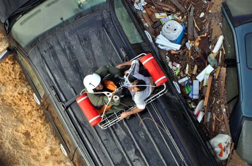 Ljudi su se u prometnom kolapsu izazavanog vodenim bujicama, spašavali s helihopterima.