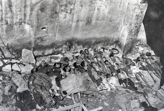 Iako smo ovakve slike naučili gledati iz geta u drugom svjetskom ratu, na fotografiji je tipičan primjer turskog iživljavanja na armenskom narodu i kršćanima za vrijeme prvpg svjetskog rata.