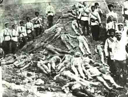 """Turski vojnici na brijegu napravljenom od poluzatrpanih ubijenih armenaca. Ovakve fotografije su turski vojnici često pravili kako bi veličali svoju """"pobjedu."""""""