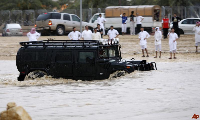 Tuneli, podvožnjaci i isušeni vadiji su prepuni vode, a po meteoriloškim prognozama, na Rijad će se spustiti još više kišnih oborina.