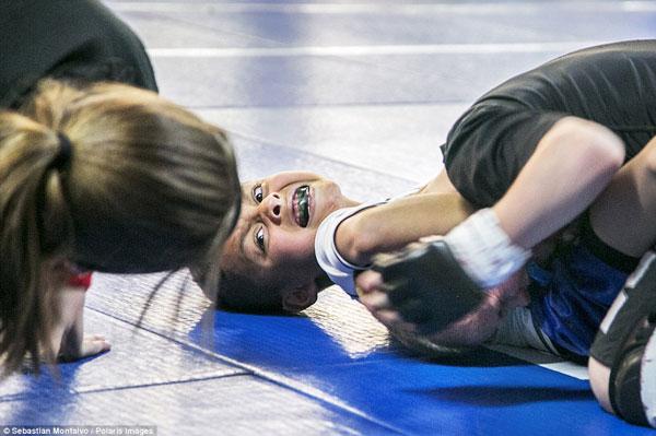 """Kristofer """"Skupljač rukur"""" Arrey, 7 godina, primjenjuje zahvat """"gušenja"""" na Masonu Bramlette, 7 godina."""