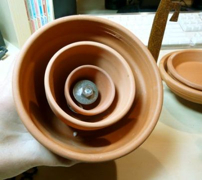 Odličan način povezivanja glinenih lonaca za cvijeće, kako biste uz malo truda akumulitali najviše topline iz lučica.