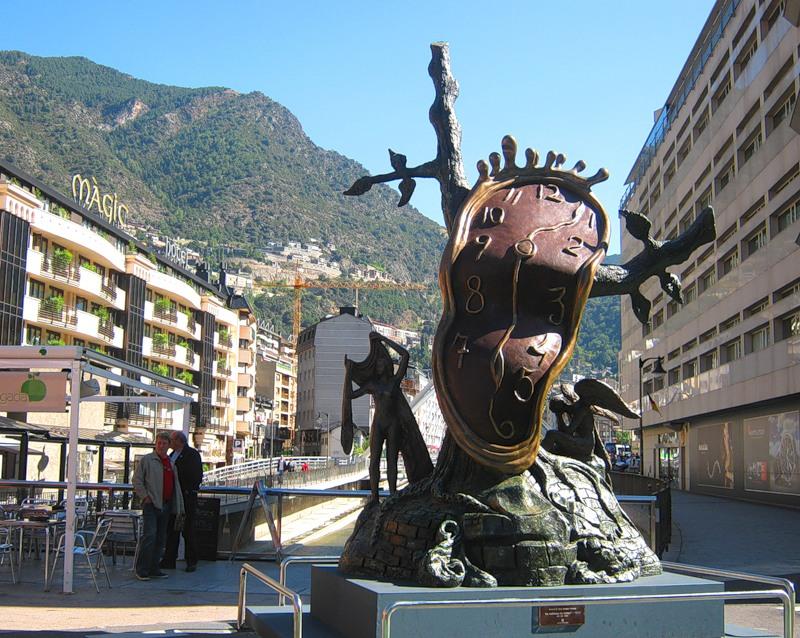 Centar Andore sa znakovitom satovima Salvadora Dalija. Stres je nepoznanica za stanovnike Andore, a šetnja i život na otvorenome su obavezni.