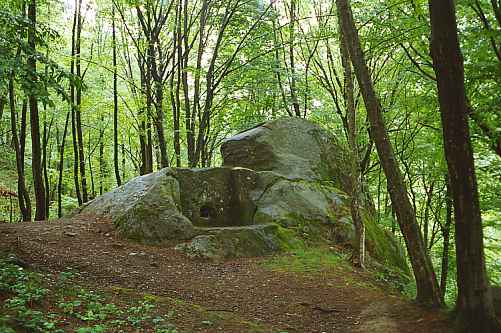 Piramidalni dolmen Mamen kanjona.