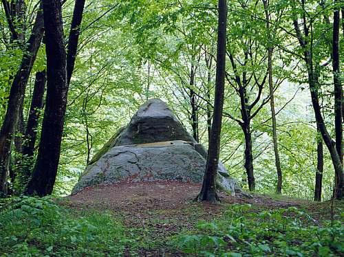 Interesantni piramidalni dolmen.
