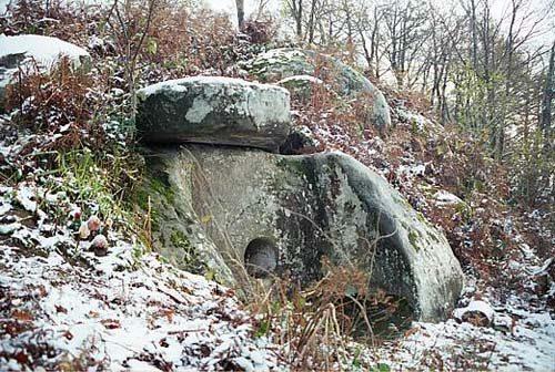 Poluzakopani prastari dolmen Kavkaza.