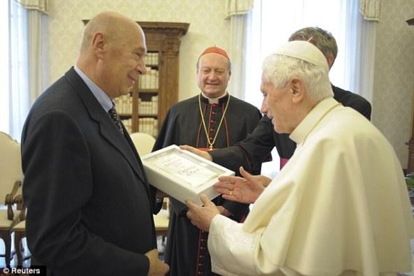 Papa poklanja kopiju svoje kontroverzne knjige jednom od svojih izdavača. Fotografija vlasništvo Reutersa.