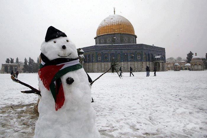 Prije tri dana snijeg je pao i na području Izraela. Na slici vidite snijegom prekrivenu Al Aksu u centru Jeruzalema.