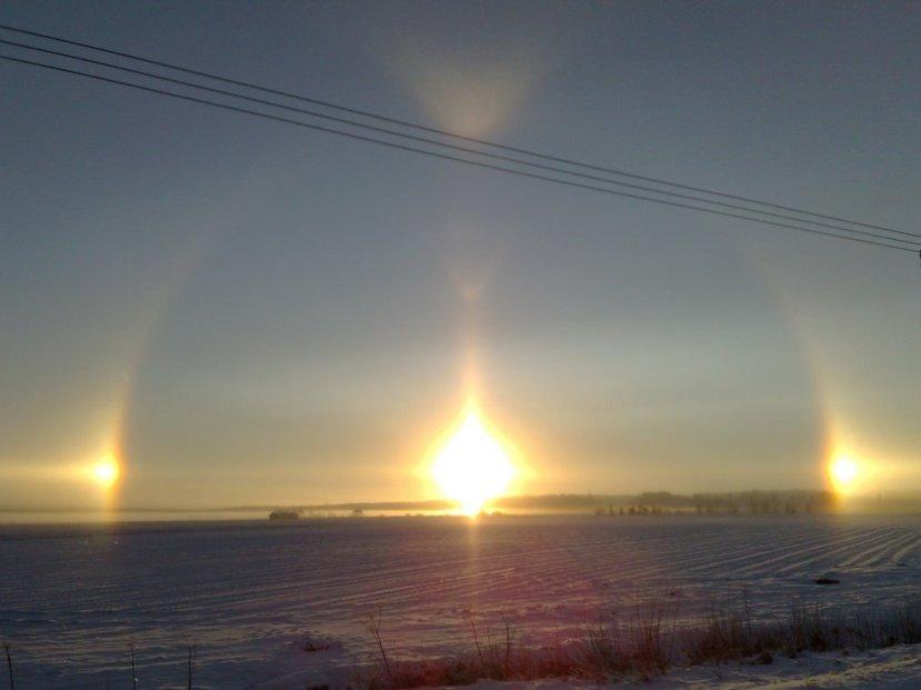 """V duga vidljiva u polarnim i sub polarnim predijelima za vrijeme hladnih zima, najčešće je u pratnji fenomena nazvanog """"solarni psi."""""""
