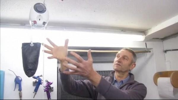 Izumitelj GravityLighta objašnjava kako gravitacija iz pomoč tega i malene trake pokreće generator koji stvara struju za LED lampice.