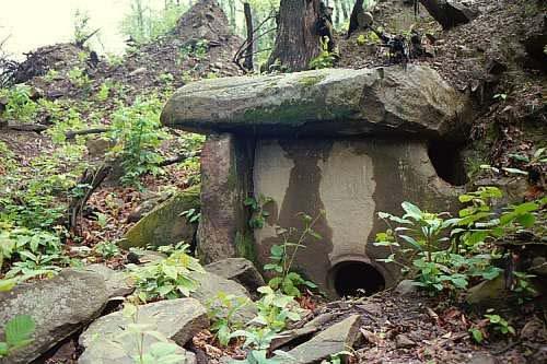 Poluzatrpan dolmen, obratite pažnju na krovni monolit koji je debljine 98 centimetara.