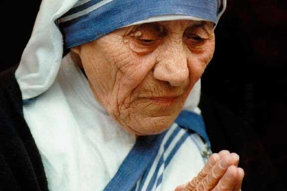 """Majka Terezija je korištila samo kažnjavanje kako bi se približila muki Isusovoj i kako bi okaja svoje grijehe. Nije li čudo da se o ovoj osobi čuje sve više navoda kako nije bila nikakva svetica, a još manje """"majka"""" jadnoj indijskoj djeci."""