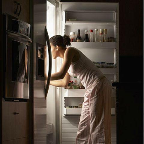 Oboljeli od sindroma noćnog jedenja se bude usred noći zbog osjećaja gladi i grabe bilo što što će im utažiti glad, vrlo često je hrana - smeće.