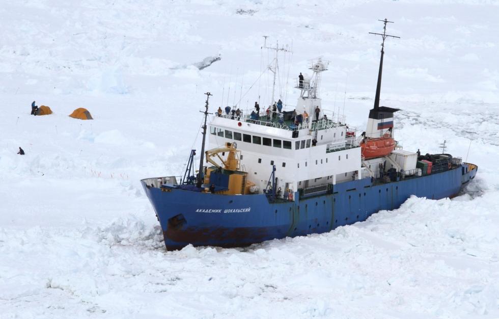 Maleni brod jednostavnog trupa bez mogućnosti probijanja leda u ledenom okovu. Je li ovo moguće u svijetu satelitske navigacije i monitoringa?