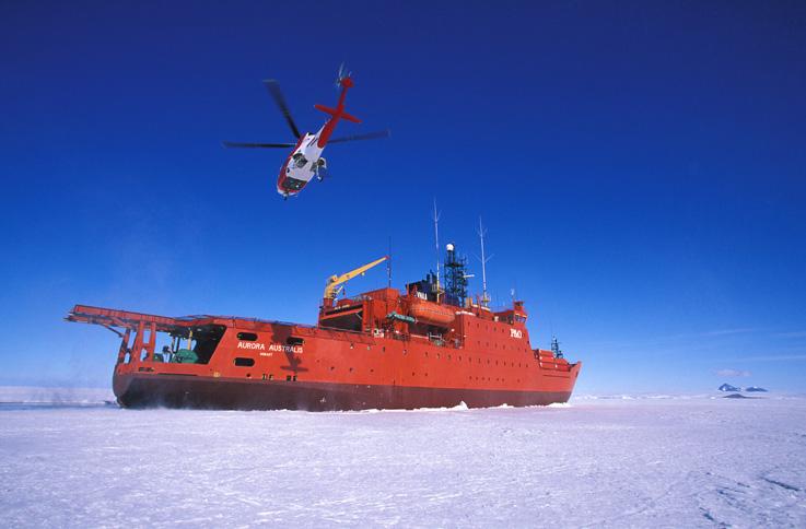 Australijski teški ledolomac Aurora Australis u trenutku slijetanja kineskog helihoptera za vrijeme spašavanja ljudi sa zarobljenog broda Akademik Shokalskiy,