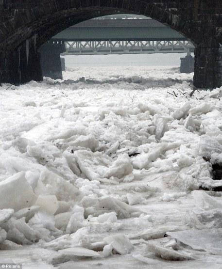 Novi polarni vorteks i zamrznuta rijeka Delaware u Trentonu - New Jersey.