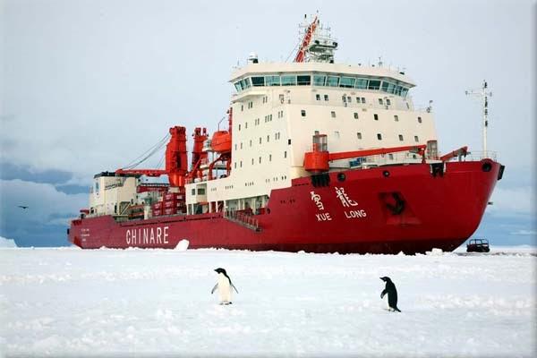 Kineski ledolomac Ledeni Zmaj je i sam zapeo u ledu.
