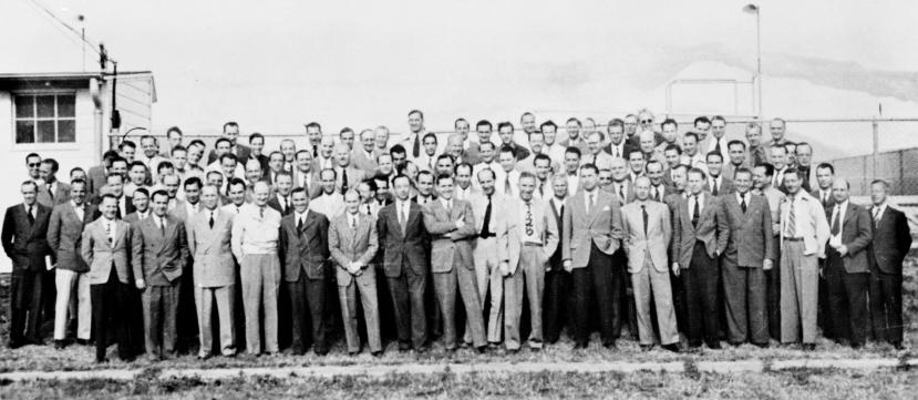 """Na fotografiji vidite 104 nacidtička raketna znanstvenika koji su prebačeni u SAD uz pomoć operacije """"Spajalica."""" Većinu ovih nacista je spasio Allen Dulles."""