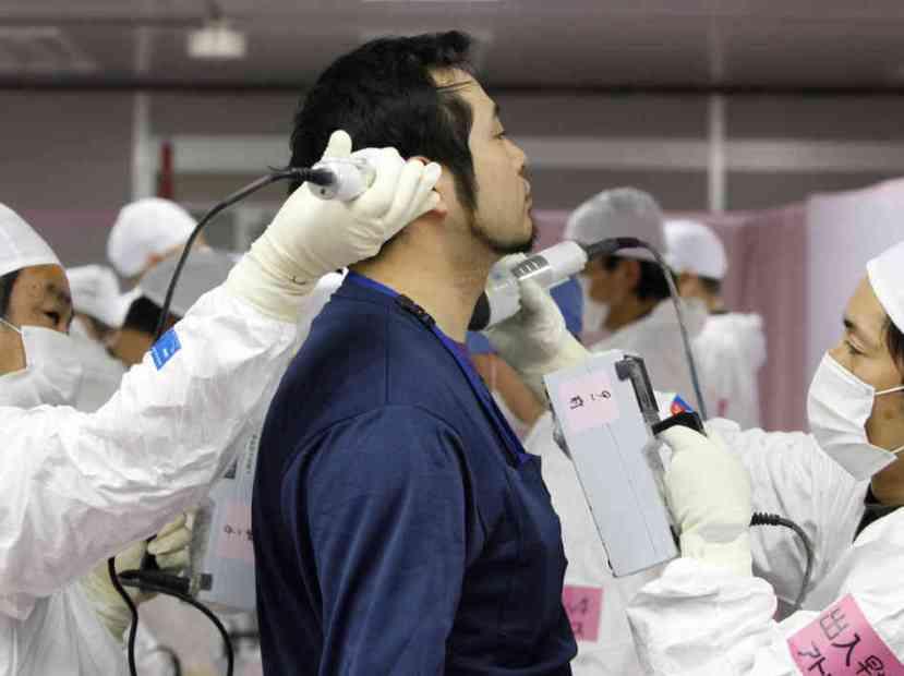 Japanca iz Fukushime pregledaju Gajgerovim mjeračima. Prijeti li nam svima ovakva sudbina?