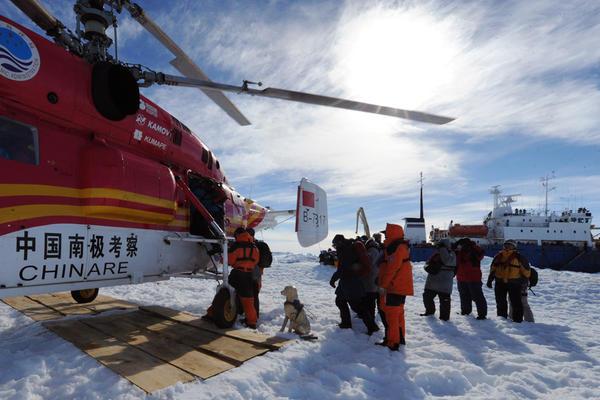 Ljudi s broda Akademik Shokalskiy u trenutku spašavanja.