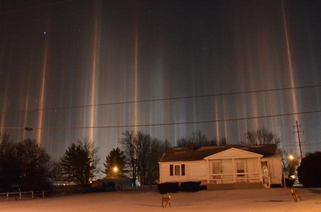 Neobični stupovi svjetla snimljeni u polarnim uvjetima koji su SAD i Kanadu okovali ledom i snijegom.