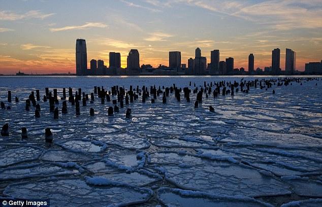 Arktičke temerature uz jak vjetar su stvorile neobične ledene figure po velikim dijelovima Velikih jezera.