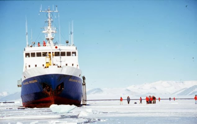 Akademik Shokalskiy, treći dan nakon zapinjanja u ledu.