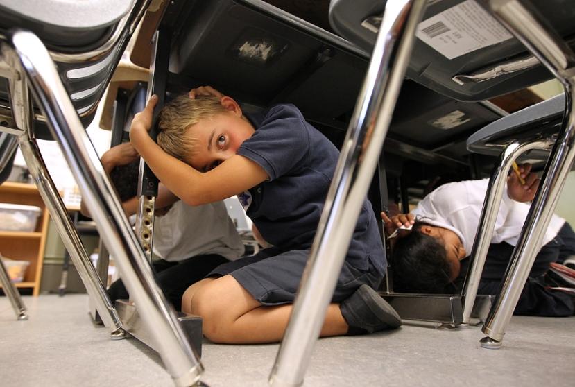 """Đaci trećeg razreda osnovne škole William L. Cobb  u San FRanciscu vježbaju tehniku preživljavanja u slučaju opasnosti, pod nazivom """"Drop and Cover."""" Fotografija vlasništvo: Justin Sullivan/Getty Images"""