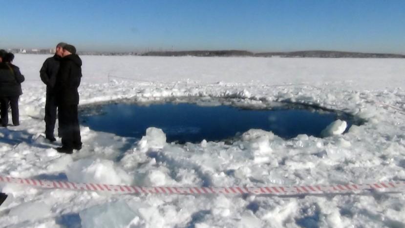 """Mjesto pada fragmenta asteroida u jezero Chebarkul, koji je kasnije """"kršten"""" nazivom meteor iako je njegov udarni val povrijedio preko 1570 ljudi."""