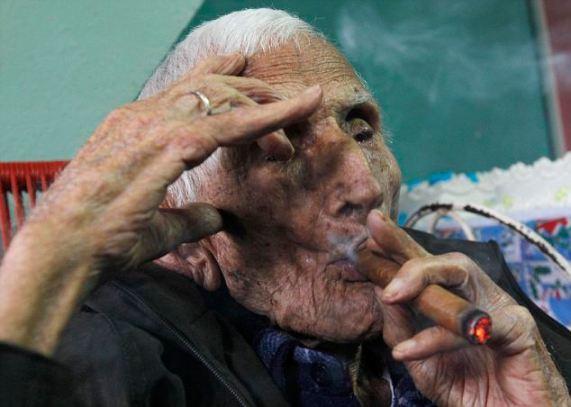 Ignacio Cubilla Banos snimljen s kubanskom cigaretom za 111 rođendan.