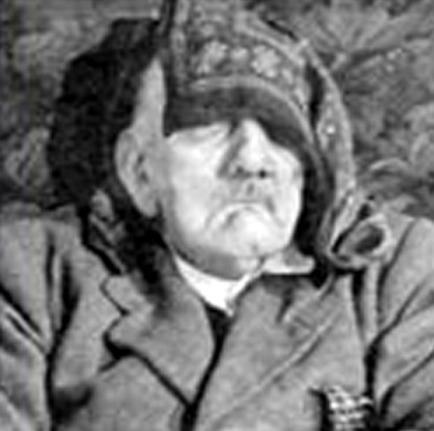 Jedan od Hitlerovih dvojnika upucanih u glavu, za ovu se fotografiju dugo vremena vjerovalo kako pokazuje mrtvog Hitlera u bunkeru u Berlinu.