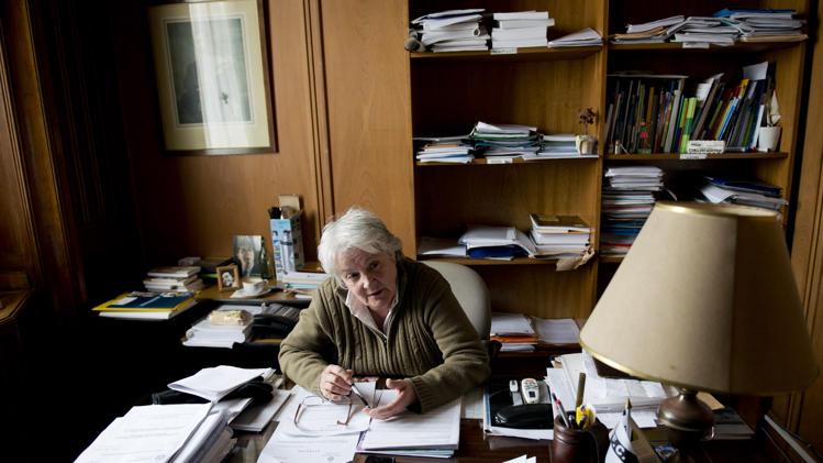 Senatorica Topolansky u svom uredu okružena hrpama dokumenta i bez ikakvih političkih obilježja i raskoši.