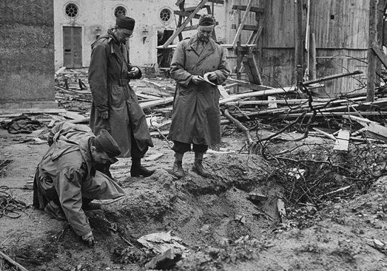 Plitka raka u kojoj su izgorena do neprepoznatljivosti dva tijela za koje se smatralo kako pripadaju Adolfu i Evi.