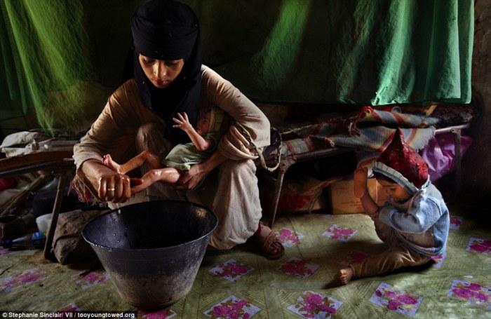 Smatra se da su žene općenito niža bića sposobna samo za rađanje i podizanje djece i to je česti razlog ulaska u rane brakove. Na slici je mlada majka od svega 14 godina, Asia, sa svoje dvoje djece. Slika je vlasništvo Stephanie Sinclair - http://tooyoungtowed.org/