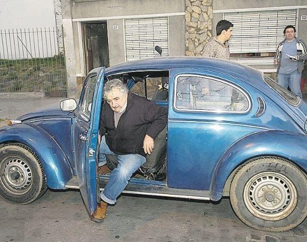 Predsjednik Mujica u svojem starom automobilu koji nije želio zamijeniti luksuznijim.