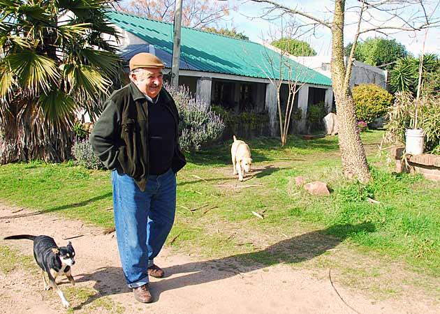 Jose Mujica ispred svoje skromne kuće.