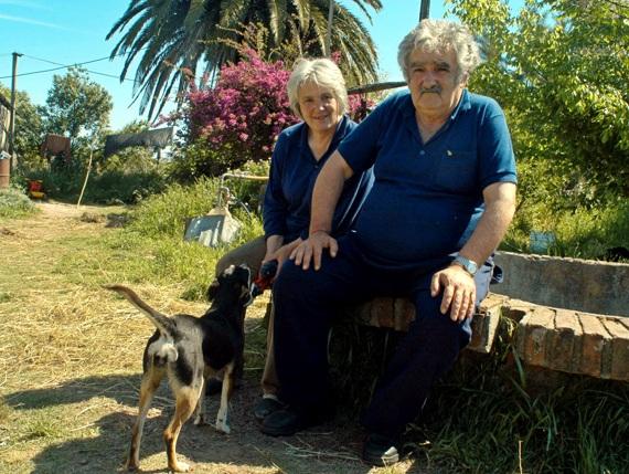 Predsjednički par Urugvaja se pored političkih borbi bavi i uzgojem cvijeća te uživa u skromom načinu življenja.